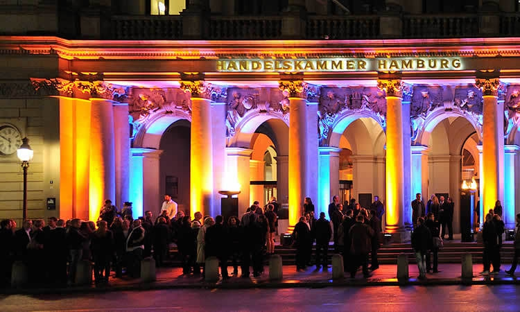 Bunt beleuchtete Fassade der Handelskammer Hamburg
